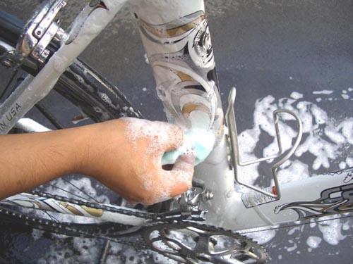 自転車の 自転車 チェーン サビ 油 : 中性洗剤液を使ってスポンジや ...