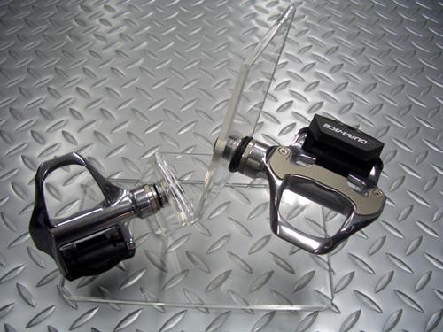 シマノ PD-7810 DURA-ACE 平均重量/278g 税込¥20,631 シマノ デュラエース SPD(シマノ・ペダリング・ダイナミクス)-SLペダル。 シマノ ロードバイク用ビンディングペダルのトップグレードモデルです。 ワイドなプラットフォーム。クリートとの接触面が前モデルより約70%大きくなり、安定性が大幅に向上しました。 また、ステンレス製体カバーによりクリートの接触部分も強化さ…[Posted at 09/03/07]