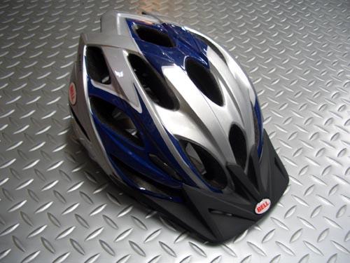 """BELL SLANT スラント カラー/ブルー/シルバー サイズ/ユニバーサスアダルト(54~61cm) 税込¥8,925 コストパーフォーマンスに優れた""""スポーツエントリー・シティークルージング用ヘルメット""""です。 JCF(日本自転車競技連盟)公認取得予定。 21箇所のベンチレーション(通気口)を持ちます。 チャネルベンチレーションにより、前方から冷たい空気を積極的に取リ込み、頭部からの放熱に…[Posted at 09/03/13]"""