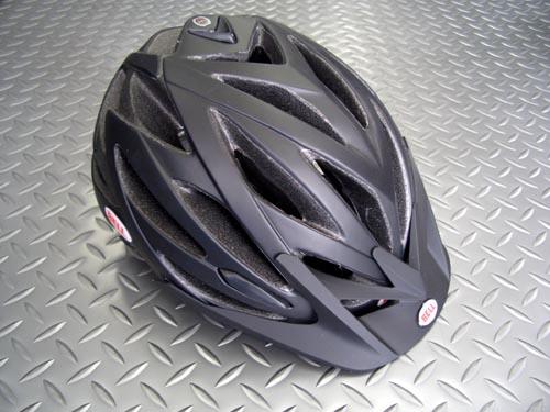 BELL(ベル) バリアント カラー/マットブラック サイズ/M(55~59cm)      L(59~63cm) 税込¥17,850 クロカンやDHといったジャンルにとらわれず、オールマウンテン系&クロスバイク ライディングにお勧めのヘルメットです。 特徴的なラウンドフォルムは、着用時に小さく見えるデザインで、戦闘的スタイルになり過ぎず、普段着にも街中にも違和感無く溶け込みます。 24箇所のベ…[Posted at 09/07/10]
