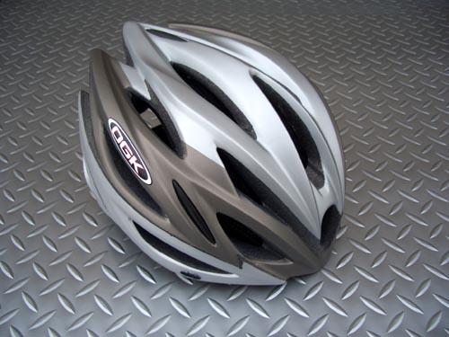 OGK KABUTO(オーキーケー カブト)リガス サイズ/M・L カラー/マットシルバー 税込¥11,550 頭をやさしく包み込む、快適フィッテイング設計モデル。JCF(日本自転車競技連盟)公認 エントリーモデルです。各種レースに使用できます。 バイザーが標準装備されています。 まぶしい日差しが直接目に当たりにくいように、また雨天時には水滴を当たりにくくします。必要に応じてワンタッチで脱着可能…[Posted at 09/09/27]