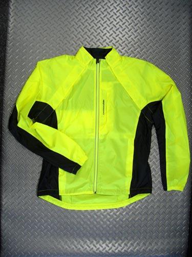 キャノンデール モーフィスシェル カラー/HVI(イエロー) サイズ/S・M・L・X 税込¥15,750 防風、撥水性に優れた、極薄1層ポリエステル素材のジャケットとして、またベストとして着用できる2ウェイジャケットです。新しいマグナット式デザインの採用で両袖を一体として取外せます。 両サイドポケット、胸ポケット、バックポケットは全てジッパー付きで安心です。                   …[Posted at 09/12/10]