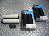 """シマノプロ  XCRグリップ カラー/ホワイト×ブラック      ブラック×シルバー      ブラック×ブラック 長さ/130mm・グリップ径/29mm 税込¥1,950 操作性の高い細身のロックオングリップです。 クロスカントリーレースに特化したラインナップの""""XCR""""シリーズ。 片側のみのロック機構の独特な構造でロックオンタイプにしてはスリムなサイズを実現しています。 専用デザインのエン…[Posted at 10/02/25]"""