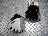 """パールイズミ アンバウンドグローブ  カラー/ホワイト・ブラック  サイズ/M(24cm)・L(25cm)・XL(26cm) 税込¥3,990 クッション性が高く、操作性抜群のパールイズミの自転車専用グローブです。 サイクリストの手をしっかりガードする役目を持つグローブ。 自然な指の曲がり方、親指の付き方を再現した立体フォルムの""""TriD System""""構造が採用されています。 また、メッシュや…[Posted at 10/08/15]"""