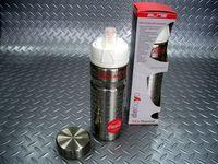 エリート デボヨ・コカコーラ サーモボトル 容量/500ml 税込¥3,990 約12時間の保温・保冷機能を実現したステンレス製サイクリングボトルです。 サイクリング用とマグキャップの2通りのキャップを使い分けられます。 サイクリング用。 金属製の為、樹脂製ボトルのように押しつぶして給水できない点は、キャップの4方向に空気を通す切れ込みがつけられボトルを逆さにすると飲み物が自然に出てくる仕組みで…[Posted at 12/11/09]