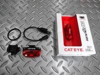 キャットアイ ラピッド マイクロ オート サイズ/52×20×32 mm 本体価格¥3,900 軽量・コンパクトな、充電式 リヤオート セーフティライトです。 夜間やトンネルなど、暗いところで振動を感知すると自動で発光(オートモード)します。また、強制的に点灯させる(マニュアルモード)も搭載しています。 本体とシートポストに装着するブラケット、USBケーブルが付属します。 2つのレッドLEDは1…[Posted at 18/04/09]
