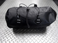 """サイクルデザイン バイクパッキング用 ハンドルバーバッグ カラー/ブラック サイズ/400×170×170mm 内容量/11.5ℓ 本体価格¥5,400 バイクパッキング用のハンドルバーに装着するバッグです。 """"バイクパッキング"""" とは、大型のバッグを直付けして荷物を運び、キャンプツーリングなどを楽しむことです。 自転車を改造したり、キャリアを取付けることなく簡単に取り外して通常スタイルに戻せる…[Posted at 19/03/01]"""