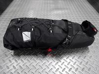 サイクルデザイン バイクパッキング用サドルバッグ カラー/ブラック サイズ/1150×130×540mm (Mサイズ) 内容量/7.7ℓ 本体価格¥6,900 バイクパッキング用の大型サドルバッグです。 シートポストとサドルレールにベルクロストラップで確実に固定します。 テントや寝袋、着替えなど衣類等、かさばる物を収納することが可能です。ロールアップ式で口を巻いて容量を調整できる構造です。 バッ…[Posted at 18/12/24]