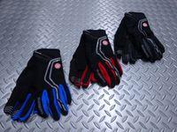 """シマノ ウインドストッパーインサレーテッド グローブ カラー/ブルー・レッド・ブラック サイズ/S・M・L 本体価格¥4,500 防風透湿性、耐水性に優れた高機能素材 """"ウインドストッパー"""" を採用したグローブです。 肌面に施した起毛が快適な暖かさをキープします。 カラー/ブルー カラー/レッド カラー/ブラック ブレーキレバーが握りやすい滑り止めシリコン加工が施されています。  手首は冷気の侵…[Posted at 15/10/30]"""
