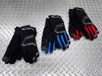 シマノ エクストリームウィンターグローブ カラー/ブラック・ブルー・レッド サイズ/S・M・L・XL 本体価格¥5,000 取外し可能なインナーグローブ付きの2レイヤーグローブ。ハンドルを握りやすくした、手の自然な形に合う3Dデザインです。 カラー/レッド カラー/ブラック カラー/ブルー フリース素材のインナーと、中綿使用のアウターパーツのコンビネーションが暖かさをキープします。生地は、断熱素…[Posted at 14/11/09]