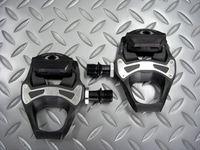 シマノ PD-5700-C 重量/285g 本体価格¥8,348 SPD(シマノ・ぺダリング・ダイナミクス)-SL ペダルは、パワーを高効率に伝達するためにシマノシューズとトータルに設計され、世界のレースで磨き上げられてきたロードペダルです。 カーボンコンポジットボディ採用で、従来モデル(PD-5700)に比べ37gの軽量化を実現しました。 ワイドな踏面、優れたステップイン・アウトなどSPD-S…[Posted at 14/02/12]