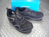 """シマノ SH-CT40L(ブラック) サイズ/36~46 税込¥8,400 2013'Newモデル。 """" SHIMANO CLICK'R(シマノ・クリッカー) """" 乗りやすさと歩きやすさを兼ね備えた、新しいタイプのSPD(シマノ・ペダリング・ダイナミクス)シューズです。 ペダルとシューズを一体化し、効率の良いペダリングを実現するSPDは自転車に乗る楽しさを格段に高めてくれます。 """" クリッカー …[Posted at 12/10/26]"""