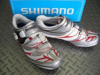 シマノ SH-R133R カラー/レッド&ホワイト サイズ/36~48 39~43(ハーフサイズ有)  税込¥19,110 短距離でも長距離でも活躍する、優れた履き心地のロード・コンペティションシューズです。 。 微調整可能なバックルとホールド力を均等に分散するオフセットストラップの採用で快適に足にフィットします。 。 アッパー部は、しなやかで伸びの少ない素材と通気性に優れたメッシュ素材を使用し…[Posted at 12/05/10]