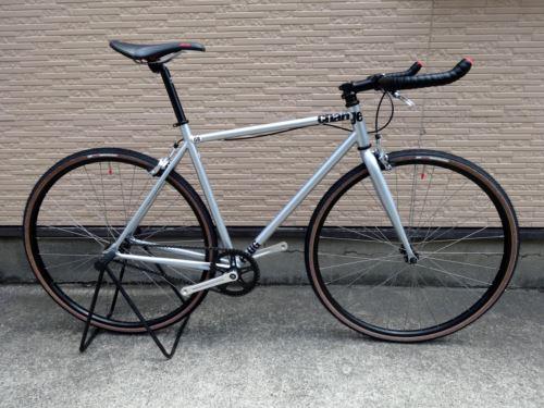 チャージバイクス プラグ. カラー/シルバー サイズ/S  本体価格¥65,000 『 CHARGE BIKE (チャージバイク) 』 2005年に設立されたイギリスのバイクブランドです。 そのコンセプトは 「シンプル&モダン」。本当に必要な物だけを追求して生まれる、シンプルでスタイリッシュなデザインが特徴です。 ブルホーンバーがスタイルの大きなポイントになっています。 もともとはTTなどの競技…[Posted at 16/08/03]