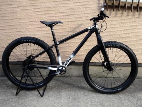 """チャージ バイクス クッカー ミディ 1 カラー/Satin Black fade サイズ/S 本体価格¥140,000 Charge Bikesは、2005年に設立されたイギリスのバイクブランドです。通勤のため、フィットネスのため、そしてライディングを楽しむために自転車にまたがる、"""" everyday rider """"のためのバイクをラインナップ。  本当に必要なものだけを追求することで、シンプ…[Posted at 16/12/12]"""
