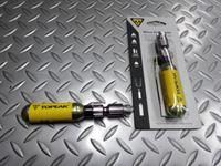 トピーク マイクロエアーブースター サイズ/L46××W22×H22mm 本体価格¥2,500 タイヤ1本分のエアーが瞬時に入る、コンパクトなCO2インフレーターです。フレンチバルブ(仏式)・アメリカンバルブ(米式) 両バルブに対応します。 ネジ付き16g CO2カートリッジ1本付属。 中心の黒い部品は、アダプターにボンベを装着して携帯する際に使うスペーサーです。 装着してボンベと一体にしておけ…[Posted at 16/05/25]
