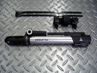 トピーク ミニモーフ サイズ/L260mm×W50mm×H28mm 重量/170g 税込¥3,990 全長26cmのコンパクトサイズ。フロアーポンプのように立てて体重をかけてエアーが入れられる、携帯用空気入れです。 フレーム装着用のクランプ付属。 耐久性に優れた、アルミボディ。最大160psiまで充填可能です。 また、ホースマウント部は、360度回転できます。 手にやさしいパッド付きT-ハンドル…[Posted at 10/02/14]