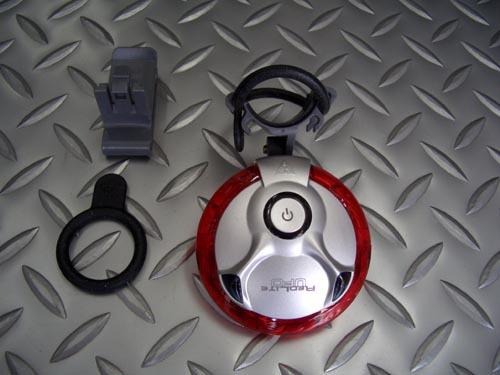 トピーク レッドライト UFO サイズ/L63×W63×H29mm(ライト本体) 税込¥3,360 高輝度レッドLED6個、高輝度イエローLED4個を使用したテールランプです。 トピークウエッジパック&ラック装着用クリップホルダーの他に、シートポスト&シートステー装着用のラバーストラップ(2種類)付属。 点灯・点滅・クルージング(ランダム)の3モード 連続点灯60時間使用可能です。 レッドLED…[Posted at 10/01/28]