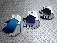 パールイズミ イグナイト グローブ カラー/ピーコック・アビス・ブラック サイズ/M・L・XL 本体価格¥4,000 手になじむ超立体構造で操作性と疲れにくさを実感できる、レーシンググローブです。吸汗速乾性やUVカット機能に優れ、甲側はストレッチ性の高い素材を採用し高いフィット感を得ています。 カラー/ブラック サイズ/L カラー/アビス サイズ/M カラー/ピーコック サイズ/L 3色のカラー…[Posted at 19/06/25]