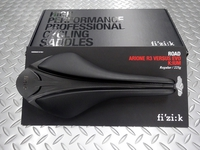 フィジーク アリオネ R3 ヴァーサス エボ キウムレール サイズ/299mm×132mm(レギュラー) 重量/225g 本体価格¥17,000 アリオネシリーズは柔軟性の高いライダー(スパインコンセプト:スネーク)のパフォーマンスを最高に引き出すサドルです。 このバーサスエボは中央部の圧力を逃がす溝を設けたバーサスの進化版です。 VERSUS EVO は革新的な構造を持つクッション技術を搭載し…[Posted at 18/04/25]