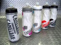 キャメルバック ポディウムチルジャケットボトル 容量/0.61ℓ カラー/レースエディション・クリア/パープル・クリア/スチールブルー・レーシングレッド・カーボン 税込¥1,260 2重構造プラス断熱材で、高い保温・保冷性を誇る自転車専用ボトルです。柔らかいボディを軽く握るだけで、適量の水分補給が可能です。 ボトル本体には、キャメルバック独自の特殊加工されたポリプロピレン素材の使用により、独特な…[Posted at 12/07/09]