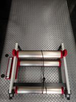 ミノウラ モッズ・ローラー サイズ/ホイールベース 970~1090mm 重量/6.5kg 本体価格¥32,593 軽量でサビないアルミ製フレーム、持ち運びしやすく携帯性に優れた3つ折り式フレームの3本ローラーです。 3本ローラーと固定ローラー、それぞれにメリットがあり異なる特徴を持っています。  転ぶ心配がなくパワートレーニングに適した固定型に対して、きれいな回転ができないとバイクが安定しない…[Posted at 17/01/29]