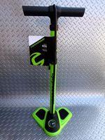 """キャノンデール エアポートニトロ フロアーポンプ カラー/GRN(グリーン) 本体価格¥4,000 剛性のあるスチールボディ。全長65cmで、小柄な方でも扱いやすい標準的な長さ、高圧も入れやすいエアーゲージ付きフロアーポンプです。 """" ヘッドマスターバルブ """"で、フレンチ(仏式)・アメリカン(米式)にそのまま使用可能です。付属のアダプターでイングリッシュバルブ(英式)にも使用できます。 最大空気…[Posted at 14/05/12]"""