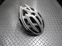 """キャノンデール テラモ  ヘルメット カラー/WTSL(ホワイト/シルバー) サイズ/S-M (52~58cm)       L-XL(58~62cm) 本体価格¥11,000 ロード&MTB、ともに使える万能ヘルメット 『 テラモ 』 が新たなグラフィックで再登場です。 新発想の2層構造EPSフォーム。 強度の異なるEPS(発砲ポリスチレン)を2層に重ねた新発想の """" ピーク・プロテクション …[Posted at 14/02/28]"""