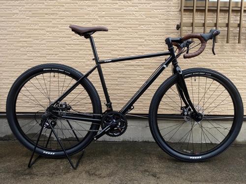 ライトウェイ ソノマ アドベンチャー カラー/グロスブラック サイズ/500 本体価格¥79,800 シティサイクルでは物足りない。でもハイエンドの自転車ではちょっとハードルが高い。今よりもう少し自転車を楽しみたいと思っているライトユーザーの為に作られた 『RITEWAY』 ブランドの自転車。日本人のフレームビルダーとデザイナーによって造られた自転車は乗り心地がよく、様々なシーンにマッチます。 …[Posted at 18/02/08]