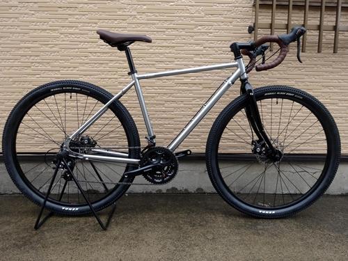 ライトウェイ ソノマ アドベンチャー カラー/グロスチタンシルバー サイズ/500 本体価格¥79,800 シティサイクルでは物足りない。でもハイエンドの自転車ではちょっとハードルが高い。今よりもう少し自転車を楽しみたいと思っているライトユーザーの為に作られた 『RITEWAY』 ブランドの自転車。日本人のフレームビルダーとデザイナーによって造られた自転車は乗り心地がよく、様々なシーンにマッチま…[Posted at 18/04/11]