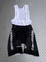 キャノンデール CFR チームレプリカ ビブショーツ カラー/BLK サイズ/S・M・L 本体価格¥12,000 「キャノンデール・ファクトリー・レーシング(CFR)」のシマノ製 チームレプリカ ビブショーツです。 キャノンデール CFR チームレプリカ ジャージとコーディネイトできるデザインです。 バックスタイル。 両サイドに 『 Cannondale 』 ロゴ。 裾部分には、ズリ上りを防ぐシ…[Posted at 19/10/27]