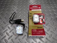 ブラックバーン 2ファーフロント or リア USB 本体価格¥4,000 ひとつでフロントにもリヤにも使える優れもの 2ウェイ USBライトです。 フロント、リヤ共に点灯・ストロボ(点滅) の2モードです。柔軟性のあるシリコンバンドで、ハンドルバーやシートポストにワンタッチで脱着できます。 中央のスイッチ操作で、白色点灯 ⇒ 赤色点灯 ⇒ 白色ストロボ ⇒ 赤色ストロボ に切替わり、長押しで消…[Posted at 15/12/25]