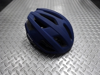 BBB カイト ヘルメット カラー/マットダークブルー サイズ/M(52~58cm)・L(58~61.5cm) 本体価格¥6,800 通気性の高いスポーツライディング用ヘルメット。 ロードバイクはもちろん、付属のバイザー装着でMTBやクロスバイクにも対応します。 ヘルメット内を快適に保つ14の通気孔。 戦闘的過ぎない丸みを帯びたデザインは、シーンを選びません。 バック スタイル。 後頭部のリフレ…[Posted at 19/02/28]