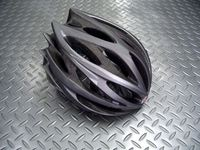 """ベル スウィープ カラー/マットチタニウム サイズ/M(55~59cm) 税込¥16,800 レーシングヘルメット史上において最も勝利し、且つ愛されたといっていいモデルが復活を果たしました。その名も """" SWEEP(スウィープ) """"。 プロツアーチームに選ばれたロードレース用のヘルメットです。レーサー達を一瞬で虜にした流線型のデザインはそのままに、新しいグラフィックとBELL最新の機能を搭載させ…[Posted at 13/10/23]"""
