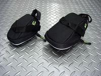 キャノンデール クイックシートバッグ サイズ/スモール(左) 容量/820ml 税込¥1,995 サイズ/ミディアム(右) /容量1.3ℓ 税込¥2,415 キャノンデールオリジナル シートバッグです。 軽く丈夫なナイロン素材に耐水コーテイングが施された、スマートな形状のサドルバッグです。 スモールサイズで820ml、ミディアムサイズで、1.3ℓの収納ができます。 上から。 ストラップをサドルレ…[Posted at 13/11/01]