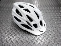 """キャノンデール クイック ヘルメット カラー/WHT(艶消し) サイズ/S・M(52~58cm) M・L(58~62cm) 本体価格¥5,900 """" クイック """" と名付けられた、キャノンデールオリジナル アーバンヘルメットです。カジュアルなシェイプで、通勤やシティライドのデイリーユースにピッタリです。 普段着でも気軽にかぶれる丸みのあるデザイン。 取外し可能なバイザー。 バイザーは、まぶしい日…[Posted at 16/09/01]"""