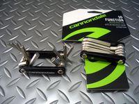 キャノンデール ファンクション10 サイズ/75×40×20mm 重量/133g 税込¥1,575 10種類のツールを装備した、キャノンデールオリジナル携帯工具です。 ツール本体は耐久性が高い、鍛造クロームバナジウム鋼を使用しています。ボディは軽量なアルミ製です。 アルミニウムボディは、カドを取ることにより工具に力を掛けた時の手のあたりを柔らかくしています。 折りたたむとフラットになりサドルバッ…[Posted at 13/07/17]