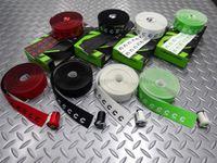 キャノンデール プログリップ バーテープ カラー/レッド・ブラック・ホワイト・グリーン 本体価格¥2,900 テープ先端部分にキャノンデールの 『 C 』 ロゴ入りハンドルバーテープ。ポリマーコートのグリップ力の高さとEVAフォームの柔らかさ。 『 C 』 マーク入りハンドルバーエンドプラグ 付属。 カラー/グリーン ポリマーコートされた表面にはザラザラのパターンを持ち掌に吸いつくような感触です…[Posted at 14/06/27]