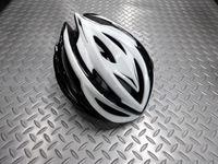 """カーマー アスマ カラー/ホワイト×ブラック サイズ/S/M(55~58cm)・L(59~60cm) 本体価格¥10,000 アジア人に最適なヘルメットを追求する、NANUX Engineering独自の技術と洗練されたデザインから生まれた """"KARMOR(カーマー)""""。日本人の頭にもフィットし工夫されたサイドの設計によりスッキリとしたシルエットです。 そのブランド名はドイツ語で頭を意味する『K…[Posted at 16/06/01]"""