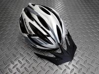 OGK カブト アルフェ レディース カラー/ルートホワイト サイズ/XS/S 本体価格¥14,000 従来のヘルメットが大きすぎてお困りの女性に、お勧めのスリムデザインです。 着脱可能なバイザーが標準装備されています。 丸みのあるフォルムが女性らしいヘルメットです。 アシンメトリーなデザイン。 フロントビュー。 バイザーは、雨や強い日差しから目を守るのに役立ちます。 また、取外しが可能なので、…[Posted at 17/07/24]