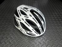OGK カブト フレア- カラー/マットホワイト サイズ/S/M(170g) 本体価格¥19,500 『Kabuto』史上、最軽量ヘルメット。 素材から部品構成まで細部にこだわった、グラム単位の軽量化を実現しています。 フロントビュー。 前傾ポジション時に視界を妨げない、前頭部を大胆に切り上げたシェルデザインです。 またポリカーボネイト製シェルは強度と重量バランスを考慮し肉抜きされ、軽量化とデザ…[Posted at 18/09/16]