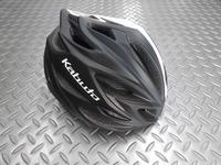 OGK カブト  ステアー ヘルメット カラー/ラインマットホワイト サイズ/S・M (55~28cm) 重量/220g 本体価格¥17,000 コンパクトでシャープなデザイン。ラウンドフォルムの快適フィッティングモデルです。 後頭部に向かってシェルをより絞り込んだデザインとなっています。流れるような美しいフォルムは見た目にもスピード感があります。 アシンメトリーなカラーリング。 20個のエアイ…[Posted at 17/02/22]