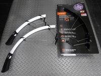 SKS レースブレード (フロント・リヤセット) カラー/ホワイト・ブラック サイズ/700×18~23C 対応 重量/297g 本体価格¥6,800 クイックの脱着が可能なロードバイク用フェンダーです。 カラー/ホワイト 微振動を吸収するステー設計により、しっかりとタイヤに沿わせることができます。シートステー及びフォークのあらゆる角度に対応可能です。 エンドにはラバーフラップが付きます。 泥跳…[Posted at 15/12/02]