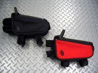 """ティンバック 2 グッディーボックス カラー/ブラック ・ ビキシーレッド×ブラック サイズ/10×17×7cm 容量/1.6ℓ 税込¥3,675 機能的でファッショナブルなメッセンジャーバックでお馴染みの"""" TIMBUK 2 """"がプロデュースするバイシクルライン。 スマートフォン収納対応、トップチューブに取付けるツールバッグです。 防水性のTPUライナーと耐久性に優れたバリスティクナイロン素材…[Posted at 12/05/12]"""