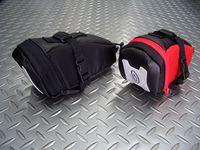 ティンバック2 シートパックXT サイズ/17.0×9.9×7.6cm カラー/BK・RED×BK 内容量/0.9ℓ 税込¥2,940 耐久性に優れたバリスティックナイロンと防水性ナイロン素材を使用した、ティンバックツーのサドルバックです。 Mサイズでは、0.9ℓと充分な容量があります。 上から。 様々なポジションでレールに取付けるための調整可能なバックルとシートポストにフィットするためのバンジ…[Posted at 13/05/01]