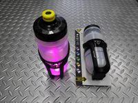 トピーク i グロウケージB サイズ/L79×W81×H156 mm 本体価格¥3,300 ボトルケージ底部の RGB LEDライトでボトル全体が光る、i グロウケージB。 ボタンを押すことで5色のライトに切り替えられます。 500ml レースボトル付属。 ボトルケージ底部に LEDライトが内蔵されており、ボトル全体を光らせます。 5色の点灯・点滅に切替ができます。点灯50時間、点滅100時間 …[Posted at 15/06/21]