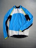 パールイズミ UVロングスリーブジャージ カラー/ターコイズ サイズ/M・L・XL 税込¥11,800 夏の日差しや、アスファルトの照り返しによる日焼けから身体を守る紫外線カット機能(UPF50+)を備えたUVロングスリーブジャージ。 袖の取り外しにより長袖が半袖になる便利な 2 in 1 (ツーインワン)モデルです。 バックスタイル。 真夏の日差しを直接浴びないことで、日陰に入ったような涼しさ…[Posted at 11/05/27]