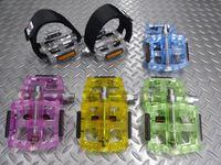 VP VP-577ペダル カラー/クリアー・ブルー・ピンク・イエロー・グリーン サイズ/114×37mm 重量/400g(ペア) 本体価格¥1,800 半透明のボディが美しいフラットペダル。カラーコーディネートが楽しめます。 カラー/ピンク クリアーのボディが独特の雰囲気。 シャフトやベアリングが見えるのもおもしろいです。 カラー/イエロー カラー/グリーン カラー/ブルー カラー/クリアー V…[Posted at 16/07/01]
