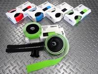 """ファブリック ヘックス デュオ バーテープ カラー/全5色 本体価格¥3,500 1本に2色の異なるカラーを配したバーテープです。 強度、耐引裂性と柔軟性を併せ持った、"""" クレイトンラバー """" を使用しています。 カラー/ブラック×グリーン しっとりと掌に吸いつくような極上のグリップ感、適度な厚みもありクッション性も良好です。 印象的なヘキサゴンをデザインパターンに採用。上下のカラーをお好みで巻…[Posted at 17/09/21]"""