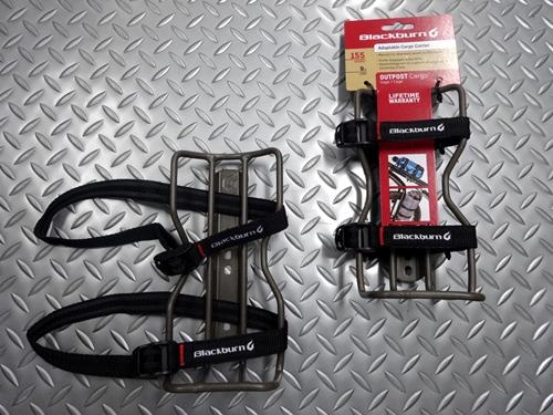ブラックバーン アウトポストカーゴケージ 耐荷重/4kg 本体価格¥3,200 バイクパッキングに欠かせないギアのひとつになりつつある多用途ケージ。 ペットボトルや輪行袋、小型テントや寝袋などいつもとは違う様々なギアを持ち運ぶための超万能ケージです。 付属のシリコン素材の付いたストラップが荷物を動かないように保持します。 フレームやボトルケージ台座を装備したフロントフォークに装着します。 ストラ…[Posted at 20/11/20]